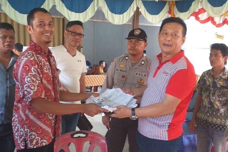 Warga menyerahkan KTP dan KK kepada petugas KPPS lantaran tidak bisa mencoblos karena kekurangan surat suara di TPS 016, Kelurahan Tampan, Kecamatan Payung Sekaki, Pekanbaru, Riau, Rabu (17/4/2019).