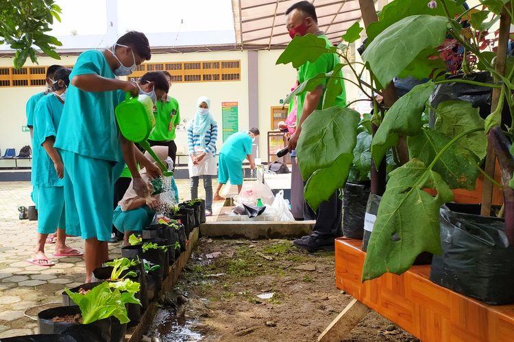 Dalam rangka peringatan Hari Kesehatan Jiwa se-Dunia pasien menjalani terapi berkebun di Instalasi Pelayanan Kesehatan Jiwa RSUD Banyumas, Jawa Tengah, Jumat (9/10/2020).