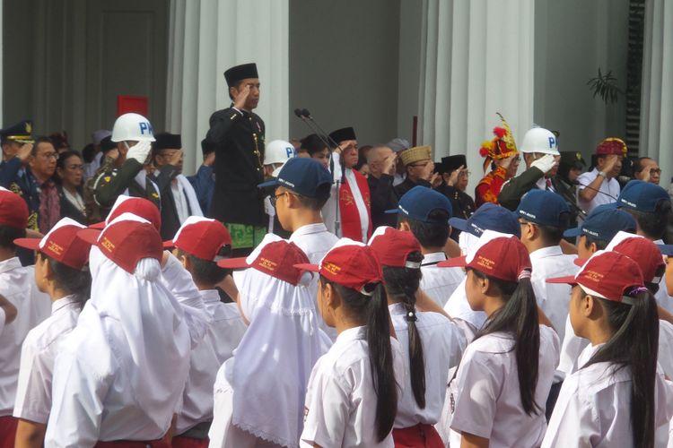 Presiden Joko Widodo saat memimpin upacara pengibaran bendera dalam rangka memperingati Hari Lahir ke-72 Pancasila, Kamis, 1 Juni 2017, di halaman Gedung Pancasila, Kompleks Kementerian Luar Negeri, Gambir, Jakarta Pusat.