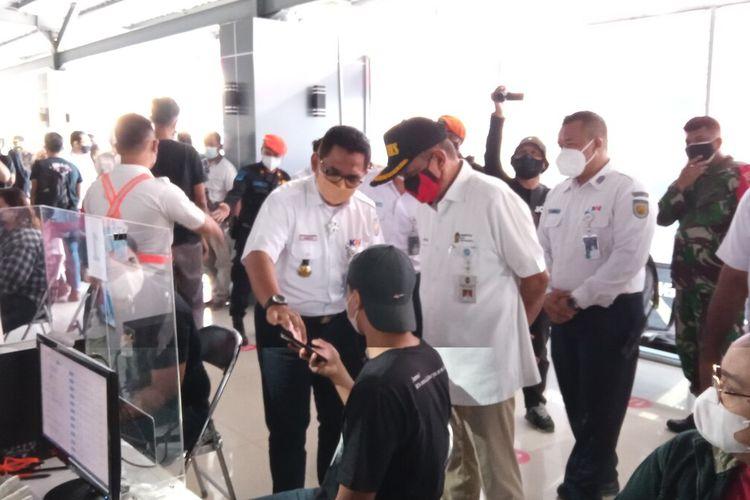 Haryadi (topi) saat bertanya dengan peserta vaksinasi di Stasiun Tugu Kota Yogyakarta, Rabu (11/8/2021)