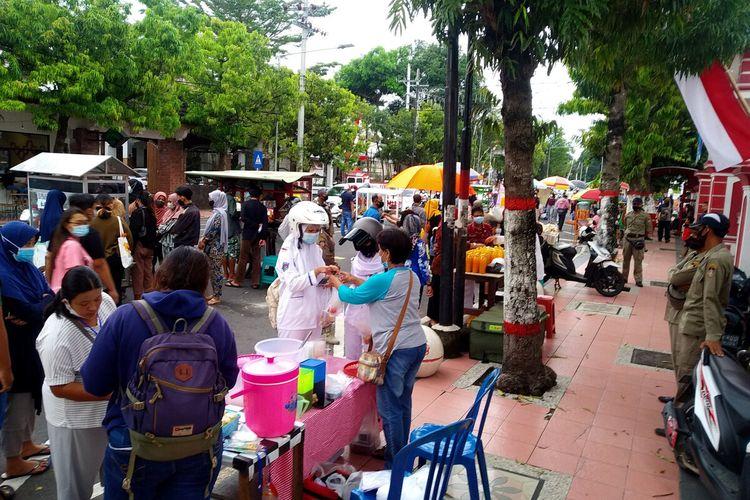 Suasana hari pertama pasar takjil Kota Blitar di Jalan A Yani, Kamis (15/4/2021)