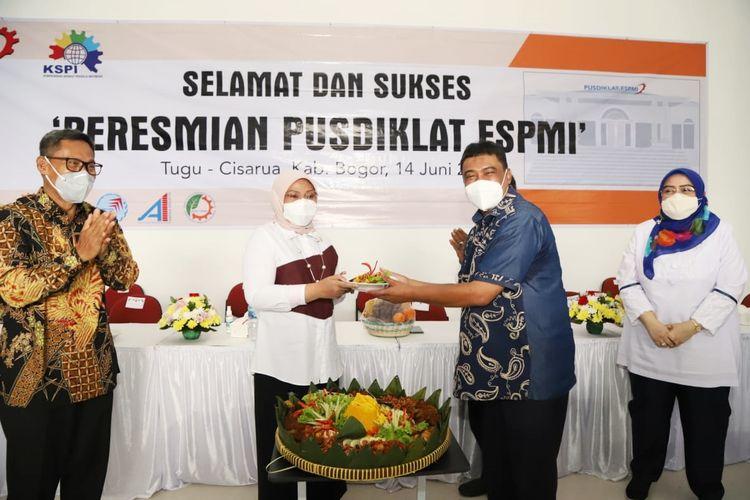 Menteri Ketenagakerjaan (Menaker) Ida Fauziyah saat menerima tumpeng dalam rangka peresmian Pusat Pendidikan dan Pelatihan (Pusdiklat) Federasi Serikat Pekerja Metal Indonesia (FSPMI) di Bogor, pada Senin (14/6/2021).