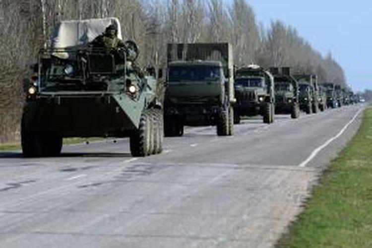Iring-iringan kendaraan militer Rusia terlihat bergerak di jalan raka dekat kota Dzhankoy, Ukraina, Sabtu (15/3/2014). Militer Rusia mulai dikerahkan ke dekat perbatasan Ukraina menjelang referendum Crimea, Minggu (16/3/2014).