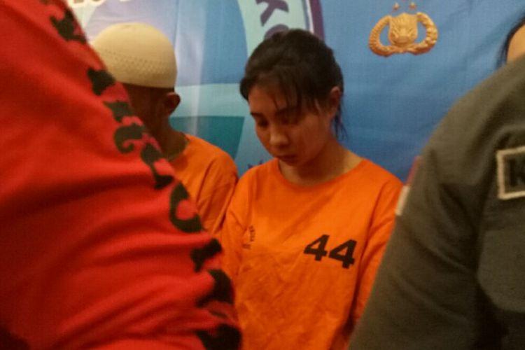Satnarkoba Polres Tangerang Selatan menangkap wanita asal Thailand, Chencira (21) yang menyimpan narkoba jenis sabu didalam kemaluan. Pelaku yang merupakan berperan sebagai kurir ini dijanjikan bayaran sebesar 30.000 baht atau setara Rp 14 juta.
