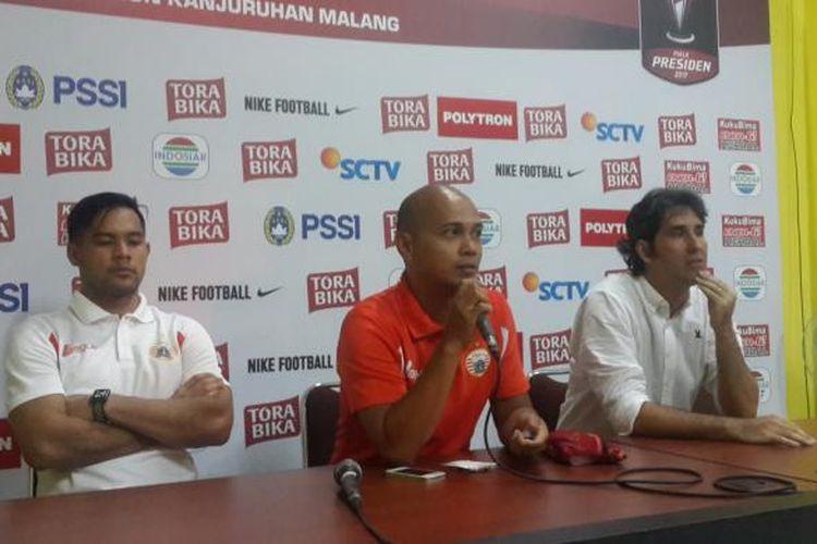 Pelatih Persija Jakarta Stefano Cugurra (kanan) saat konferensi pers usai melawan Bhayangkara FC dalam Piala Presiden di Stadion Kanjuruhan, Kabupaten Malang, Kamis (16/2/2017)