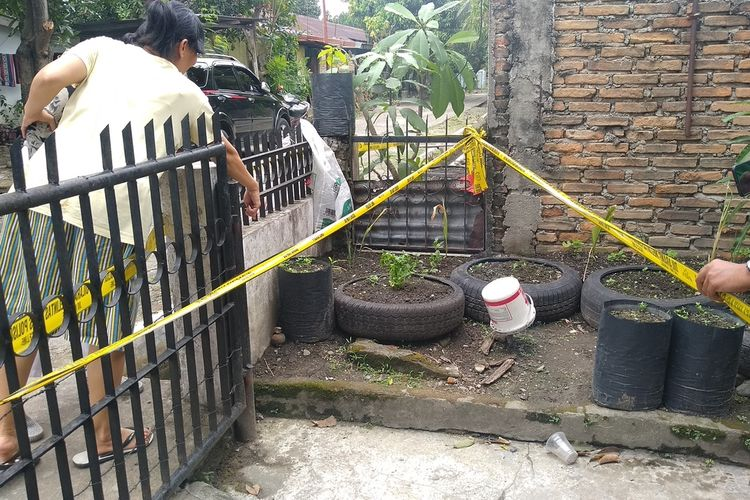 Warga di Kelurahan Durian, Kecamatan Medan Timur menunjuk pada benda yang diduga granat manggis yang ditemukan anak-anak saat mencari kelereng di parit.