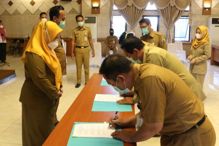 Penandatanganan MoU dari perwakilan pihak rumah sakit dan puskesmas yang ada di Gresik, untuk program lahir bawa pulang akta disaksikan Wakil Bupati Gresik Aminatun Habibah, Senin (22/3/2021).
