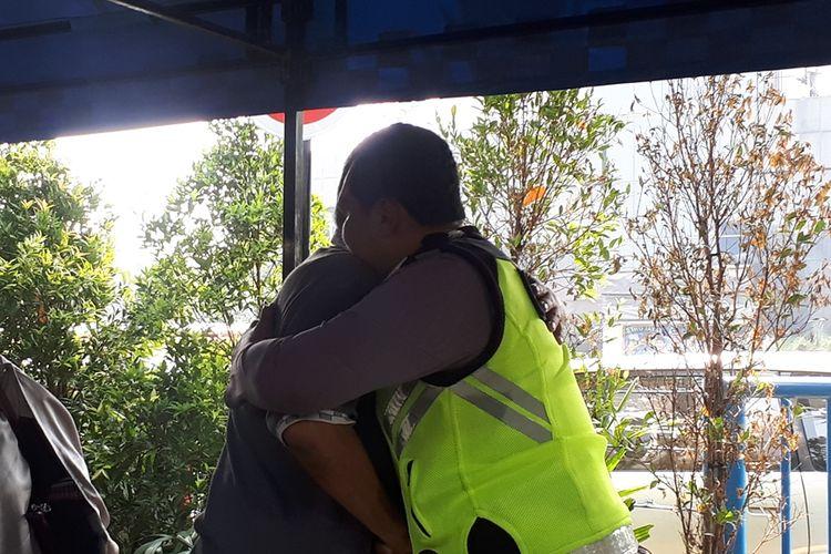 Bripka Eka Setiawan dan Tavipuddin (54)berpelukan di Polda Metro Jaya, Jakarta Selatan, Selasa (17/9/2019).