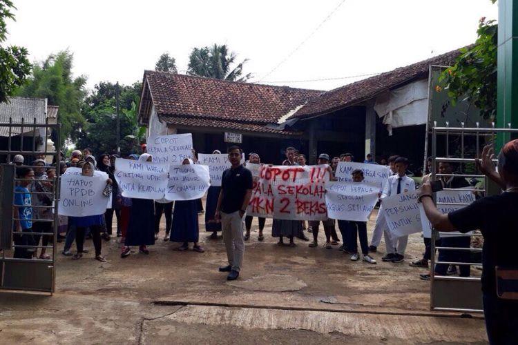 Orangtua murid yang merupakan warga Udik melakukan aksi atau unjuk rasa ke SMKN 2 Kota Bekasi perihal Penerimaan Peserta Didik Baru (PPDB) tingkat SMA dan SMK, Senin (10/7/2017).