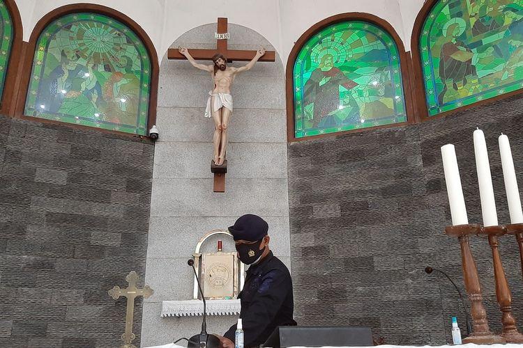 Seorang Petugas dari Jibom Dan Gehana Sat Brikobda Polda DIY memeriksa Gereja Santo Petrus Kanisius Baleharjo, Kapanewon Wonosari, Gunungkidul Rabu (23/12/2020)