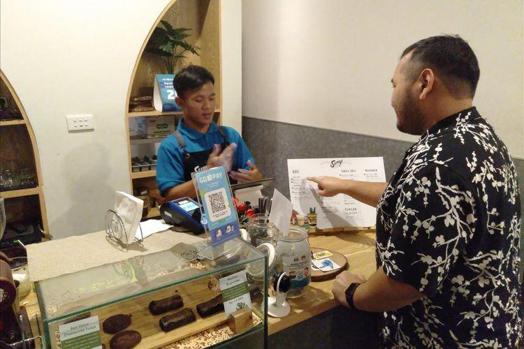Saat karyawan penyandang tuna rungu melayani pelanggan di kafe House of Coffee and Hope di Jalan Fatmawati, Jakarta Selatan, Kamis (18/7/2019)