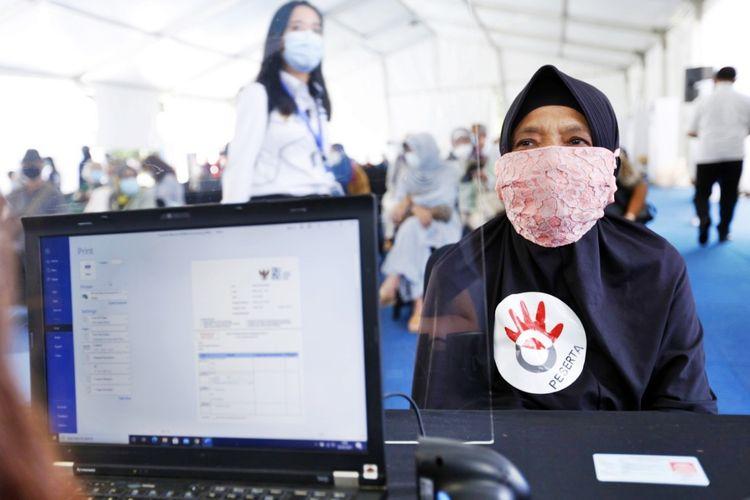 Salah seorang pensiunan karyawan Telkom Indonesia melaksanakan vaksinasi Covid-19 di Istora Senayan, Gelora Bung Karno, Jakarta Pusat.