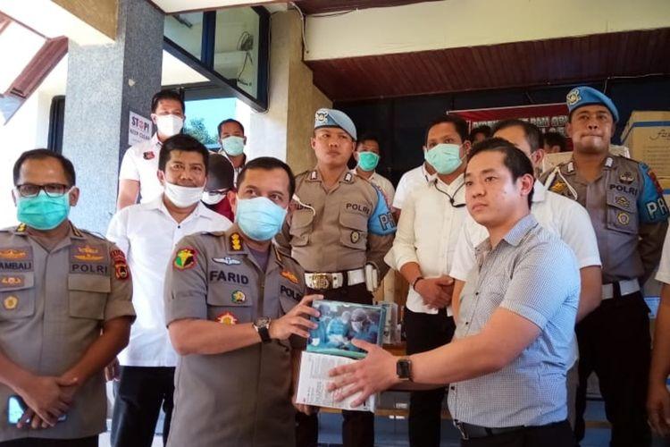 Pimpinan PT Intraco Medika Lindo Pratama Andry Wong (kanan) saat menghibahkan ribuan maskernya kepada rumah sakit rujukan, pasien corona di Polda Sulsel, Rabu (25/3/2020).