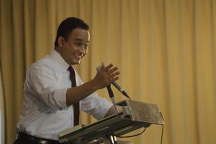 Rektor Universitas Paramadina, Anies R Baswedan, memberikan kata sambutan dalam acara peluncuran buku karya Staff Khusus Presiden Bidang Hukum, Denny Indrayana, di Universitas Paramadina, Jakarta, Jumat (7/10/2011).