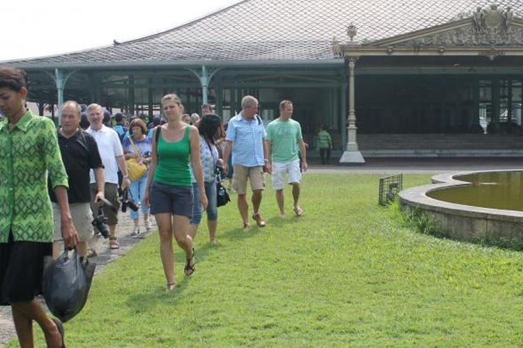 Sejumlah wisatawan domestik dan mancanegara mengunjungi Pura Mangkunegaran di Solo, Jawa Tengah.