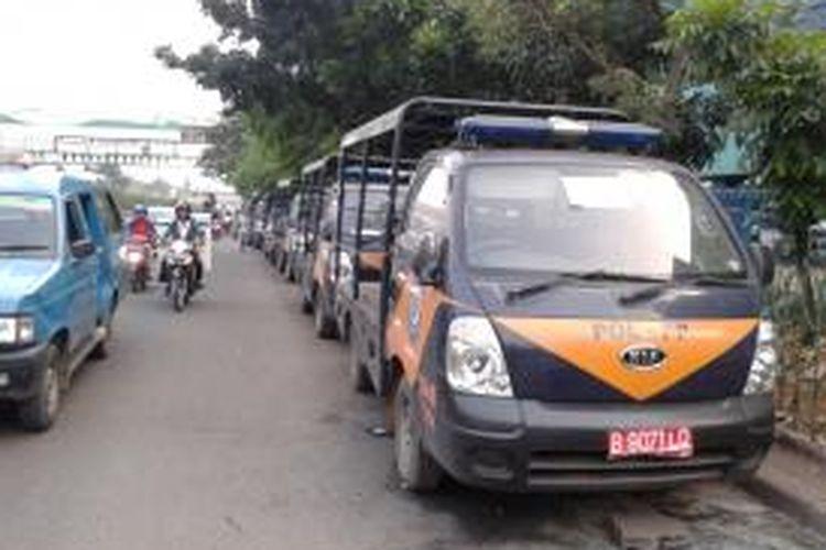 Sejumlah mobil Satpol PP diparkir di Jalan Raya Pasar Minggu, tepatnya di depan Robinson, Jakarta Selatan, Selasa (10/9/2013). Saat ini, di kawasan ini marak munculnya pangkalan ojek liar yang mengganggu kelancaran arus lalu lintas
