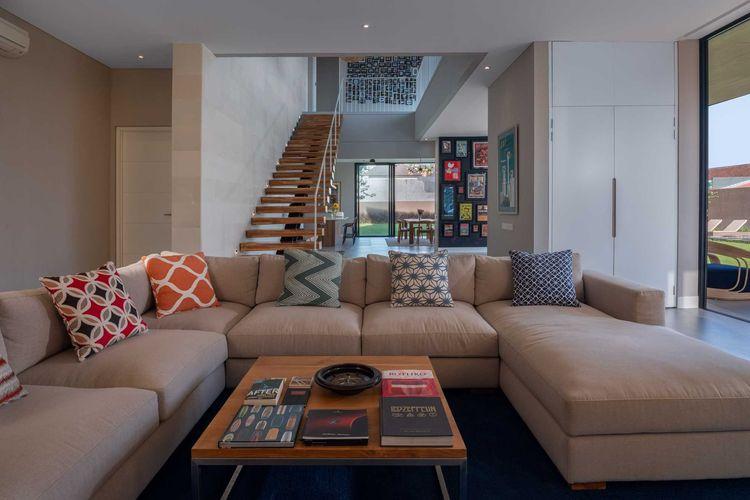 Ruang keluarga dengan sofa besar, karya Erwin Kusuma