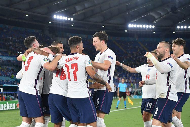 Penyerang Inggris Harry Kane (9) berselebrasi bersama rekan-rekan setimnya usai mencetak gol dalam pertandingan perempat final Euro 2020 antara Ukraina vs Inggris di Stadion Olimpico Roma pada 3 Juli 2021.