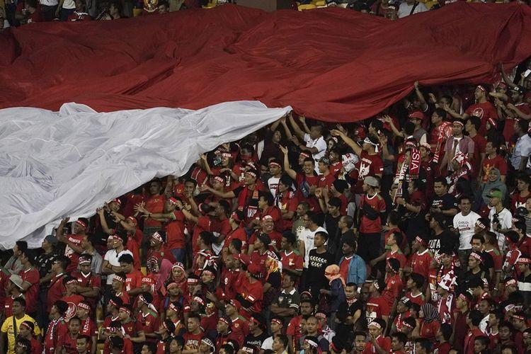 Suporter Indonesia memberi dukungan kepada timnas Indonesia U-22 yang bertanding melawan timnas Vietnam U-22  babak penyisihan grup B SEA Games XXIX Kuala Lumpur di Stadion Majlis Perbandaran Selayang, Malaysia, Selasa (22/8/2017). Bermain dengan 10 orang setelah Hanif Sjahbandi diusir wasit pada menit ke-63, Indonesia menahan imbang Vietnam dengan skor 0-0.