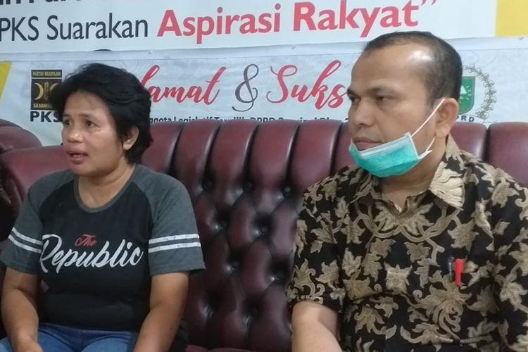 Ayang Nurmika, nenek dari bayi yang darurat terpapar kabut asap saat didampingi Kabid Humas DPW PKS Riau, Muhammad Sabarudi di posko pengungsian di Pekanbaru, Riau, Senin (16/9/2019).