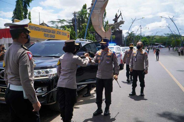 Kakorlantas Polri Irjen Istiono meninjau kesiapan penyekatan pemudik di Pos Lalu Lintas Cijolang, Kecamatan Purwaharja, Kota Banjar, Jawa Barat, Kamis (15/4/2021).