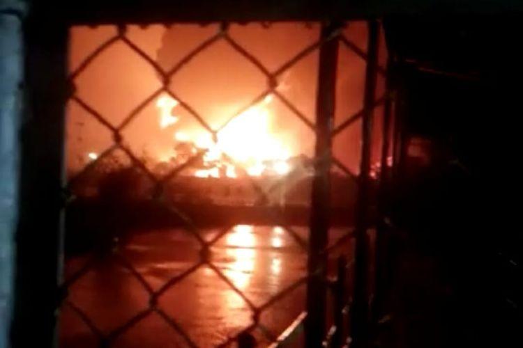 Kilang minyak di area Pertamina Refinery Unit (RU) IV Cilacap, Jawa Tengah, dilaporkan terbakar, Jumat (11/6/2021).