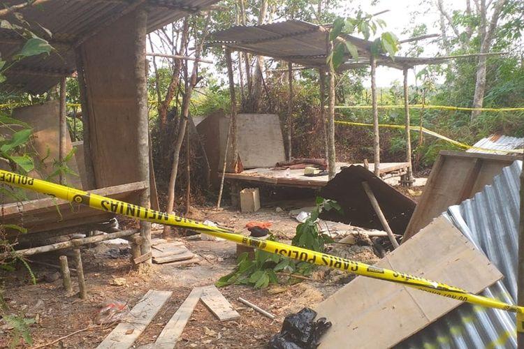 Tempat persembunyian dan latihan para terduga teroris disebuah kebun karet yang ditemukan Densus 88 Mabes Polri di Desa Kuapan, Kecamatan Tambang, Kabupaten Kampar, Riau, Selasa (12/11/2019).