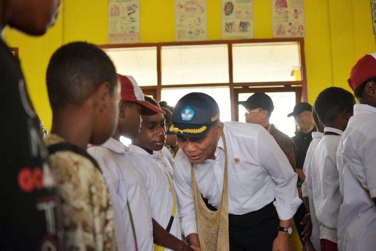 Mendikbud saat mengunjungi salah satu sekolah di Wamena, Selasa (15/10/2019).