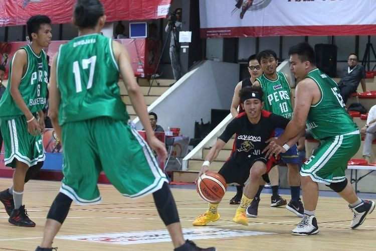 Laga penyisihan kedua ajang Sinar Mas Land Basketball Tournament (SMLBT) 2019 di lapangan The Breeze Arena Basketball, BSD City, Selasa (26/11/2019).