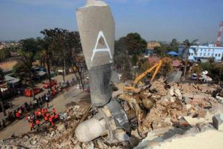 Salah satu bagian pesawat  Hercules C-130 milik TNI AU berada di atas bangunan warga di lokasi jatuhnya pesawat tersebut di Jalan Jamin Ginting, Medan, Rabu (01/07/2015).