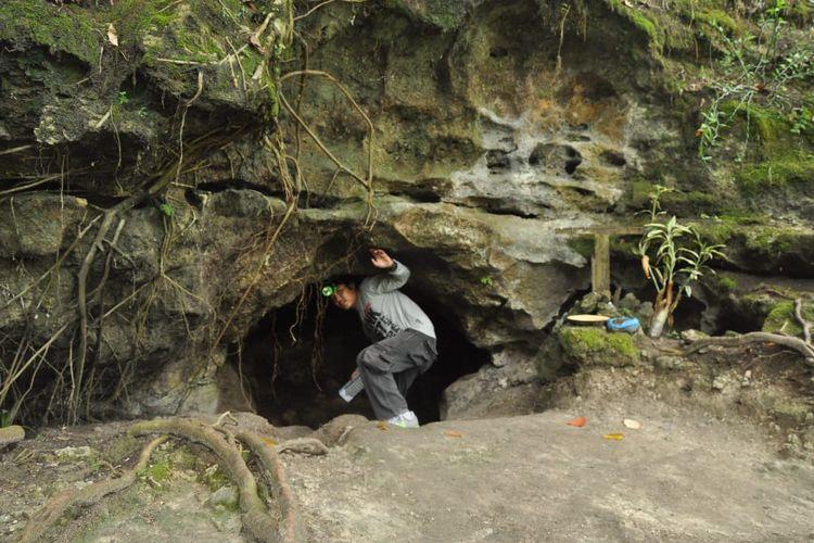 Gua atau Goa Tao 8 Putri di Kecamatan STM Hulu, Kabupaten Deli Serdang, Sumatera Utara viral di media sosial karena disebut penuh dengan serpihan emas yang menempel di dinding gua.