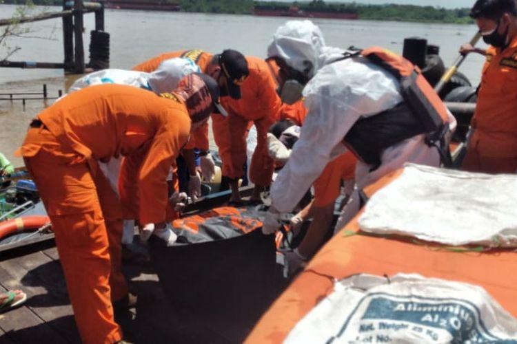 Unsur SAR Gabungan saat mengevakuasi jasad Ferry yang ditemukan di perairan Sungai Mahakam, Tenggarong, Kutai Kertanegara, Kaltim, Minggu (21/2/2021).