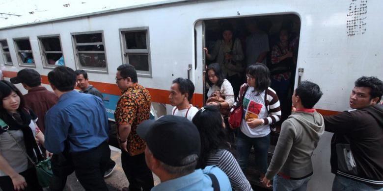Penumpang KRL Ekonomi jurusan Serpong-Tanah turun sesampainya di Stasiun Tanah abang, Jakarta Pusat, Rabu (27/3/2013).