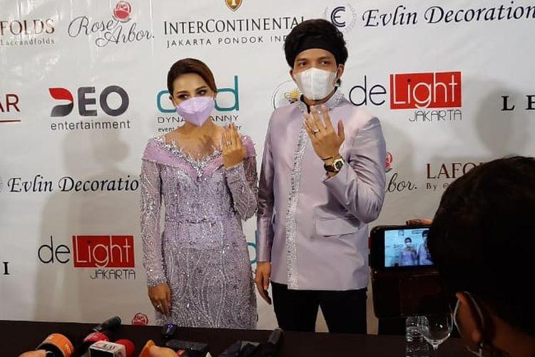 Atta Halilintar dan Aurel Hermansyah usai menggelar acara lamaran di hotel Intercontinental, Pondok Indah, Jakarta Selatan, Sabtu (13/3/2021)