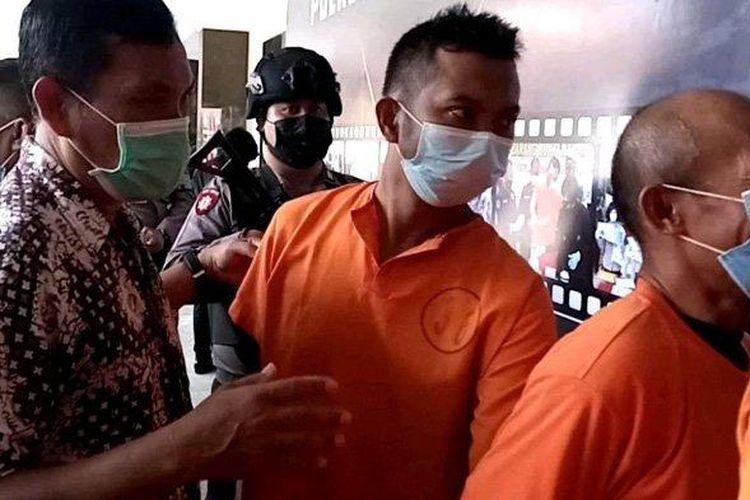 M Adi Putra (baju tahanan, belakang) tersangka pencurian dengan mengaku petugas PLN digiring bersama pelaku kejahatan lain.