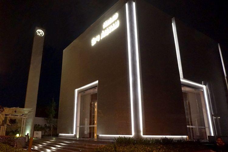 Eksterior bangunan Masjid Siti Aisyah saat malam hari