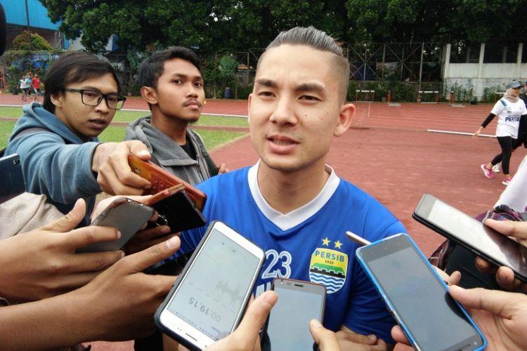 Gelandang Persib, Kim Jeffrey Kurniawan saat diwawancarai media di Gor Padjadjaran, Bandung, Senin (26/2/2018).