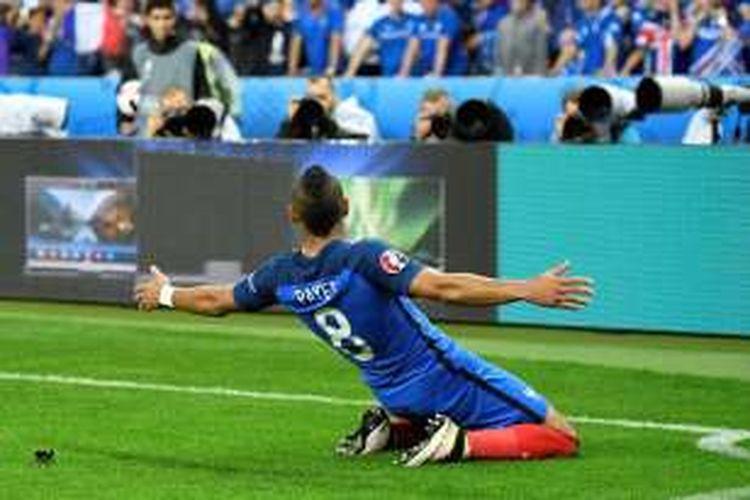 Dimitri Payet merayakan gol Perancis ke gawang Islandia pada perempat final Piala Eropa 2016, Minggu (3/7/2016).