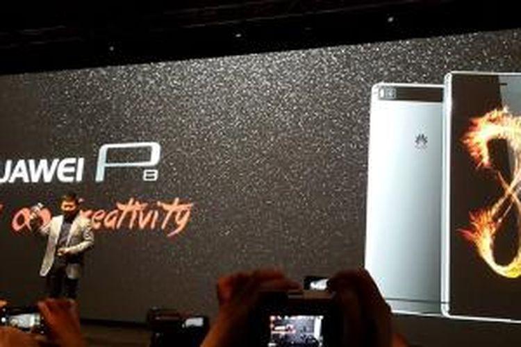 CEO Huawei Consumer Business Gropu Richard Yu memperkenalkan smartphone Android Ascend P8 di London, Rabu (15/4/2015).