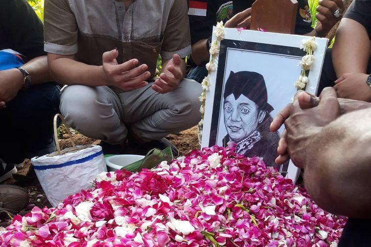Makam Didi Kempot di TPU Desa Majasem disandingkan dengan makam Lintang, anak sulungnya yang meninggal pada usia enam bulan.