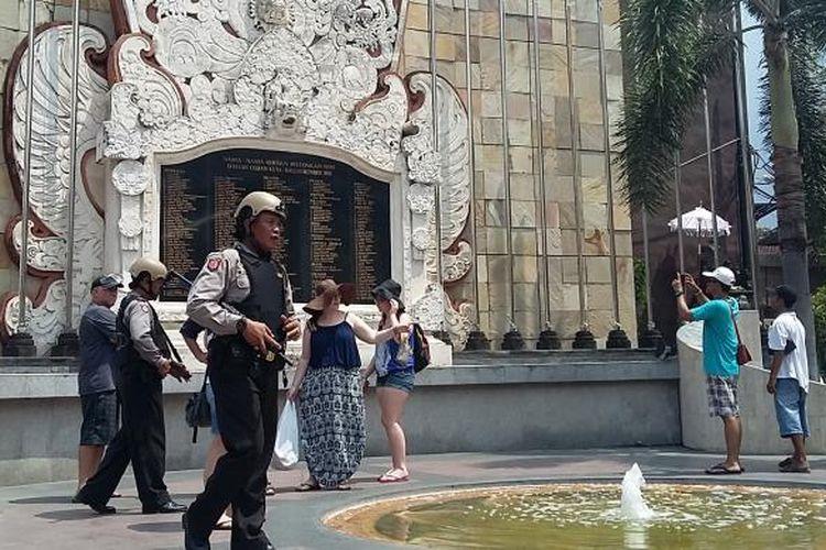 Polisi Bersenjata dan berompi anti peluru berjaga di Monumen Bom Bali Jalan Legian Kuta