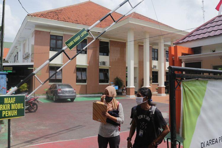 Suasana tampak depan, Kantor Pengadilan Negeri Jombang, Jawa Timur. Pengadilan kelas II tersebut, menunda berbagai persidangan setelah sejumlah hakim dan panitera terkonfirmasi positif Covid-19, Rabu (20/1/2021).