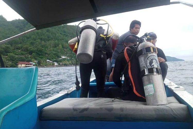 Kelompok penyelam dan warga ikut mencari salah satu warga negara asing asal Amerika yang hilang di peraiaran Desa Amahusu, Kecamatan Nusaniwe Ambon, Jumat (7/8/2020)