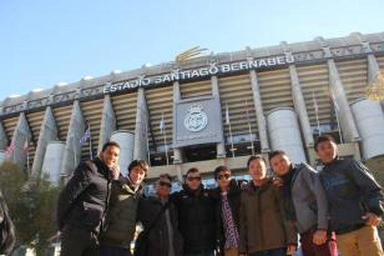 Sejumlah pemain tim Indonesia XI berpose di depan stadion Santiago Bernabeu yang merupakan markas Real Madrid.