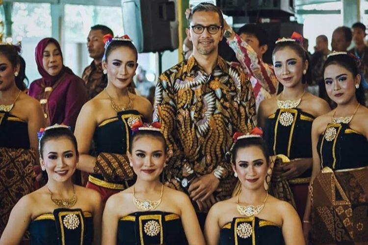 Didiet Maulana berpose berama penari yang menampilkan tarian Ambabar Batik di hadapan Presiden