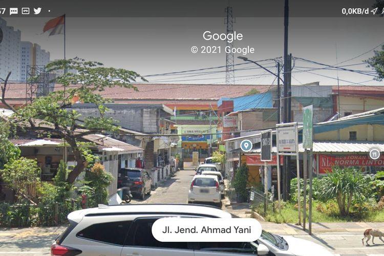 Bangunan liar menghalangi sebagian akses masuk ke SMAN 30 Jakarta Pusat, Senin (19/4/2021).