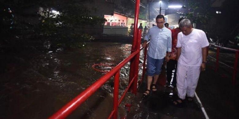 Gubernur DKI Jakarta Anies Baswedan mengecek kondisi banjir di salah satu wilayah yang ada di Ibu Kota
