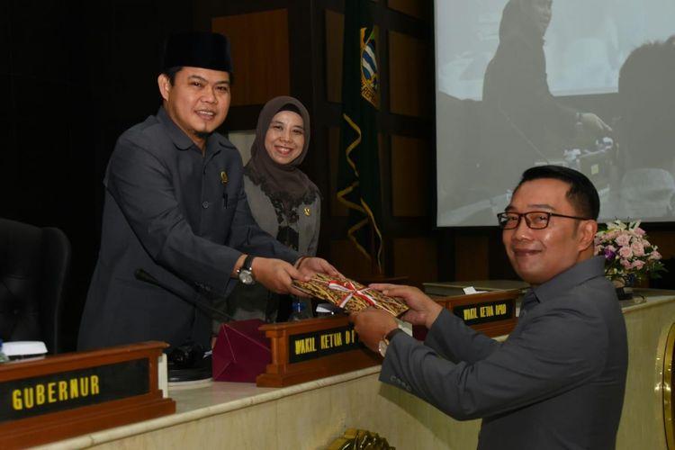 Gubernur Jawa Barat (Jabar) Ridwan Kamil memberikan pendapat terkait Prakarsa Raperda Pasar Pusat Distribusi oleh DPRD Jabar dalam rapat paripurna di Gedung DPRD Provinsi Jawa Barat, Kota Bandung, Jumat (15/11/19).