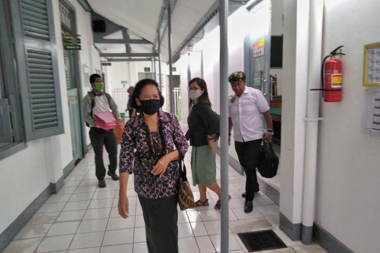 Patricia Harjati (68) saat berjalan keluar dari ruang sidang di Pengadilan Negeri Purbalingga, Selasa (4/8/2020).