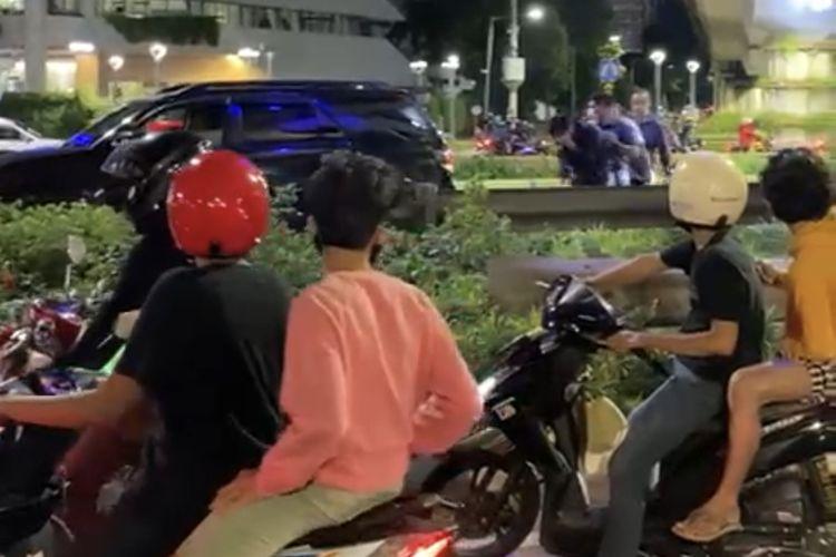 Video yang merekam aksi pemukulan terjadi di Jalan Jenderal Sudirman, Karet, Setiabudi, Jakarta Selatan beredar viral di grup-grup Whatsapp dan media sosial.